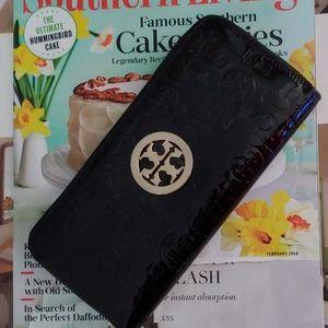 Tory Burch logo patent zipper wallet